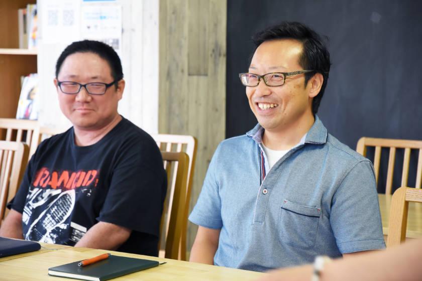 写真:笑顔で話している男性
