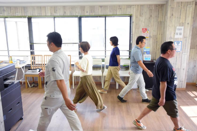 写真:室内で歩行している様子