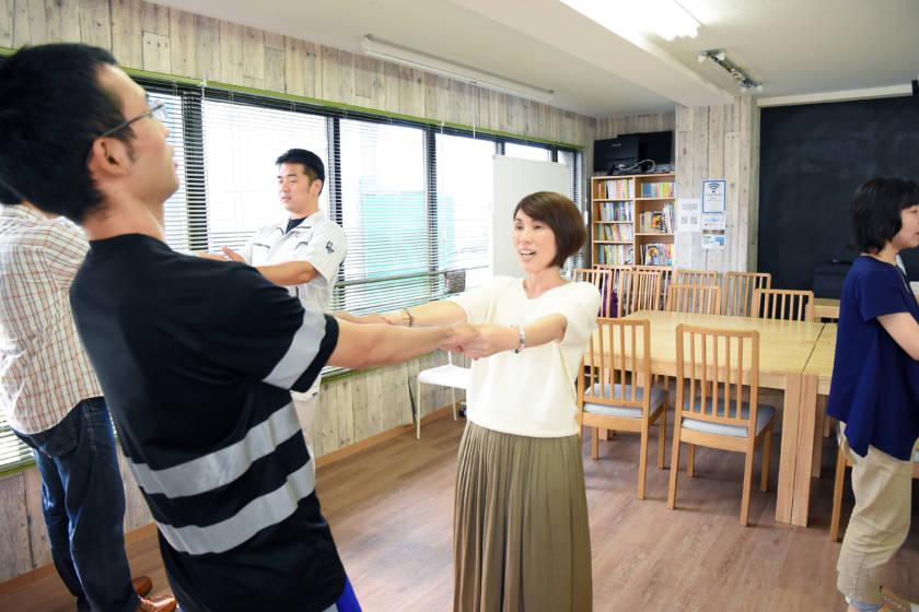 写真:両手を取り合ってストレッチをしている様子。