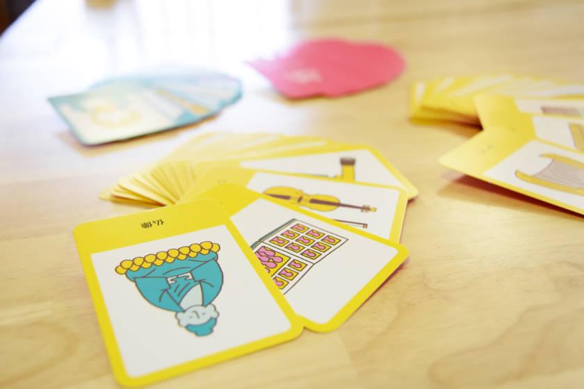 写真:テーブルに置かれたカード